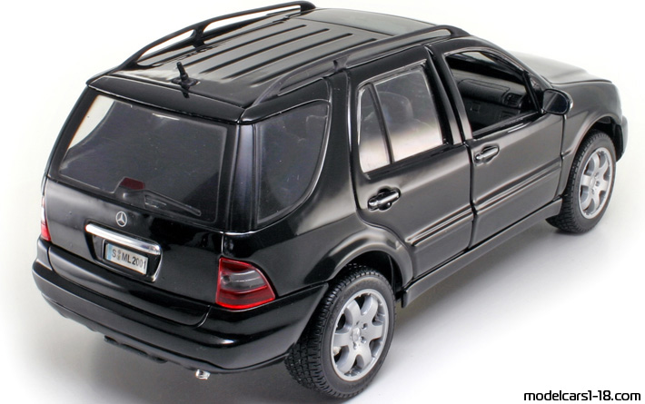 2001 - Mercedes ML 320 (W163) Maisto 1/18 - Rear Right Side