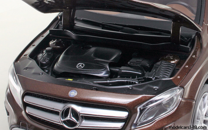 2014 - Mercedes GLA (X156) Norev 1/18 - Engine